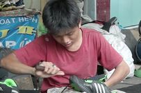 Góc sửa giày đặc biệt của chàng trai mắc bệnh bướu máu khiến nhiều người rơi lệ