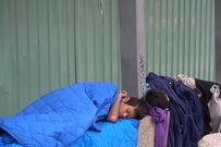 Nhói lòng nhìn cảnh hai trẻ mồ côi co ro ngủ tại nhà chờ xe bus trong cái lạnh Sài Gòn