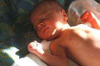 Mách mẹ những cách tắm nắng an toàn cho trẻ sơ sinh