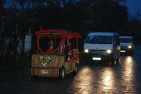 Chú rể dùng xe ô tô điện bằng tre rước dâu siêu độc đáo ở Quảng Nam