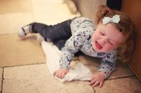 Vì sao trẻ dưới 3 tuổi hay nhõng nhẽo, khóc đòi bế mỗi khi thấy mẹ?